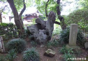 喜多見氷川神社龍石