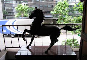 名馬三日月の像