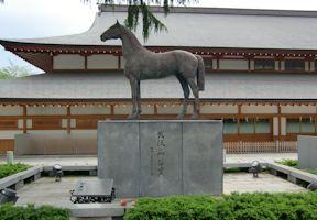 戦歿馬慰霊像