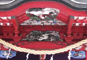 拝殿破風の彫刻