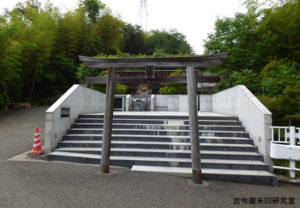 稲足神社御霊殿の鳥居