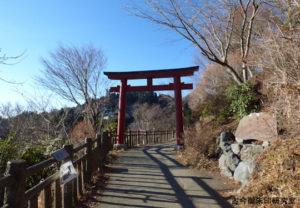武蔵御嶽神社御岳山駅からの参道の鳥居