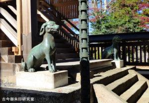 武蔵御嶽神社本殿前の狛犬