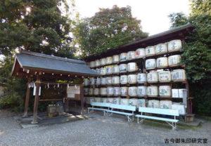 梅宮大社手水舎と献酒の樽
