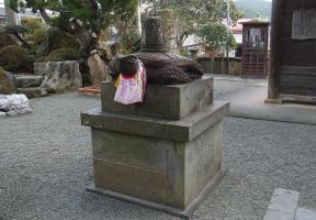 赤亀の石像